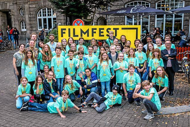 "Filmfestivalen drog många barn. Självklart ville de fota sig med ""Sune"". Foto: Michael Kottmeier / K-Film"