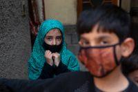 I omstridda Kashmir har Indien infört rörelserestriktioner sedan coronasmitta bekräftats.