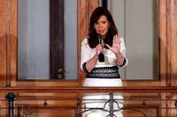 Argentinas president Cristina Fernández de Kirchner talar till folket från en balkong vid presidentpalatset i Buenos Aires.