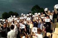 Fotbollspublik håller upp siffran 25 i protest mot att mittfältaren och Lukasjenko-kritikern Aljaksandr Ivulin gripits.