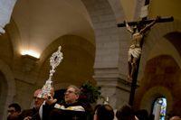 Francesco Patton, den katolska kyrkans väktare av det heliga landet, håller upp reliken i dess ornament i Födelsekyrkan i Betlehem.