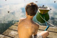 En pojke med solkräm på ryggen. Artikelförfattarna varnar för att solkrämer innehåller farliga ämnen.