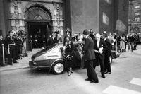 Marcus Wallenbergs begravning. Peter Wallenberg, sorgklädd i vit slips, har just klivit ur Saab 900 turbon utanför Sankt Jacobs kyrka den 22 september 1982.