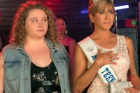 "Danielle Macdonald och Jennifer Aniston i ""Dumplin'""."
