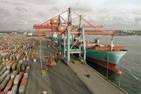 Lastning och lossning av containrar i Scandiahamnen, Göteborg. Arkivbild.