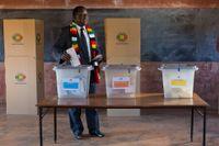 Sittande president Emmerson Mnangagwa röstar i dagens presidentval i Zimbabwe.