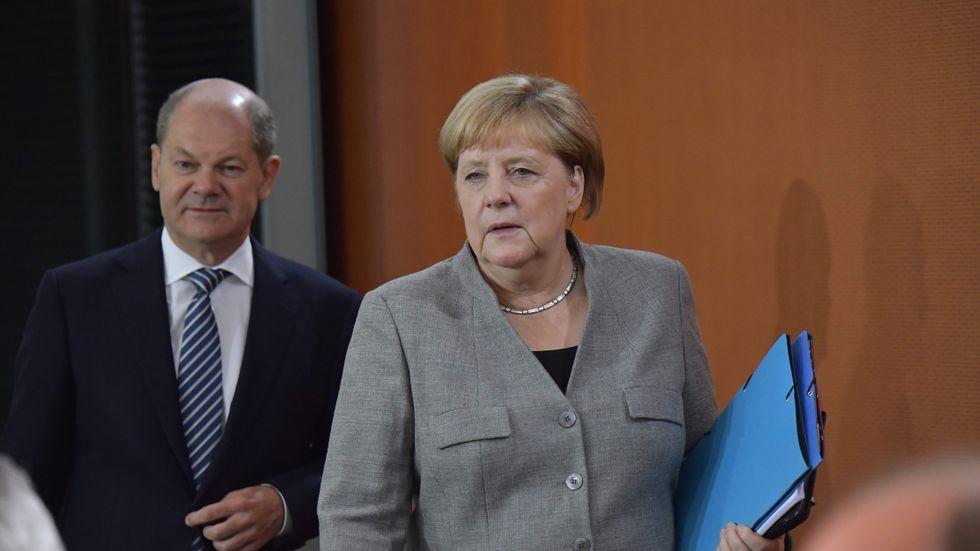 Finansminister Olaf Scholz och Angela Merkel.