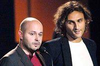 Johar Bendjelloul till höger tar emot pris på tv-galan Kristallen tillsammans med Peter O Nilsson.