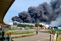 Ett svart rökmoln tornar upp sig över kemiparken i Leverkusen i västra Tyskland efter tisdagens explosion.