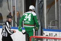 Rögles Adam Edström lämnar isen efter att ha fått matchstraff i SHL-premiären.