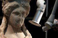 En konservator rengör en av Akropolis karyatider.