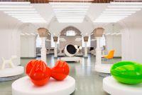 """Tre av Eero Aarnios kända stolar i samma bild: till vänster """"Tomato"""" (1963), till höger """"Pastil"""" (1967) och i mitten """"Åskbollen"""" (1963). Utställningsvy från Designmuseet i Helsingfors."""