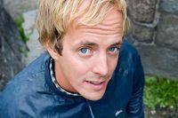 Simon Ljungman är gitarrist åt Håkan Hellström och syns bland annat i På spåret där han spelar i husbandet Augustifamiljen. Men i vår tänker han fokusera på SeLest.