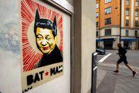 """Postern med den kinesiske ledaren Xi Jinping  – """"Bat man"""", av konstnären """"Iron"""", syntes redan i våras på Stockholms gator."""