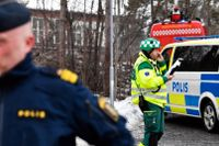 Polis och brandfordon ståendes utanför Käppala skolan på Lindingö. Skolan var tvungen att evakueras efter det att ett antal barn insjuknat under oklara omständigheter.