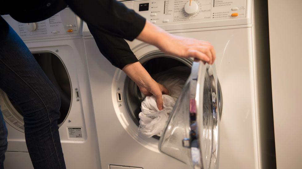 Den som använder eco-alternativa tvättprogrammet gör av med betydligt mindre energi än den som väljer ett vanligt program. Arkivbild.