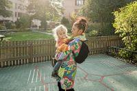 Lina-Beth Norrström med sonen Loe. Hon tycker att boendet känns otryggt när kostnaden för tomten plötsligt kan ändras så mycket.
