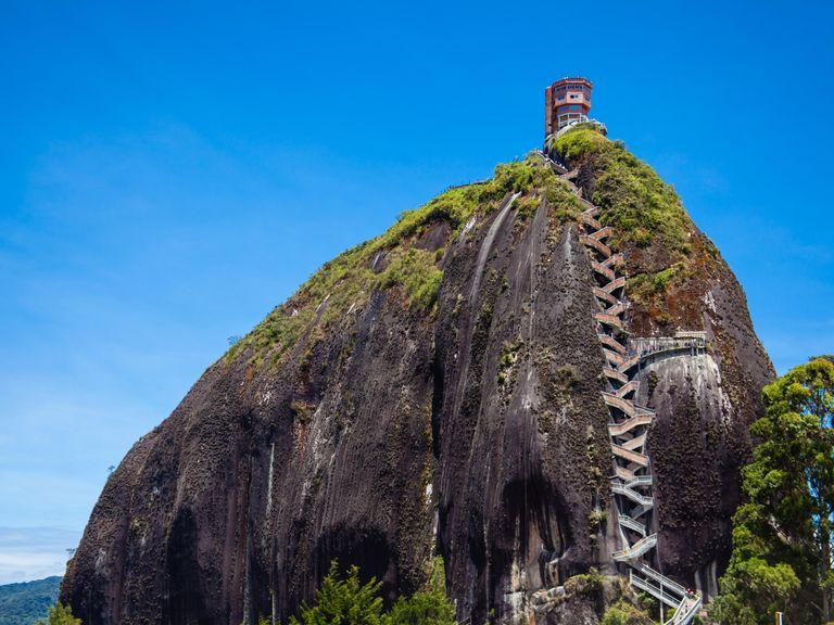 Vägen upp till toppen av stenen består av exakt 740 trappsteg.