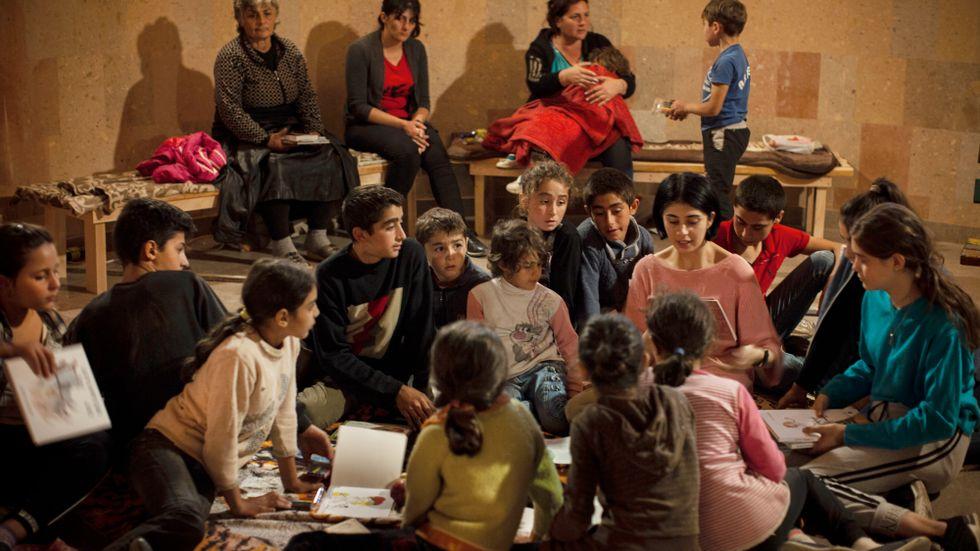 Kvinnor och barn har sökt skydd undan bombardemang i ett skyddsrum i staden Stepanakert, i Nagorno-Karabach.