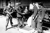 """Löjtnant Frank P Albright poserar med Leonardo da Vincis """"Dam med hermelinen"""", vid dess återkomst till Polen i april 1946."""