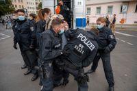 Polisen griper en demonstrant i Berlin under en demonstration mot coronarestriktioner.
