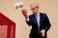 Centralbankschef Øystein Olsen bollar med pengarna. Arkivbild.