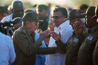 Kubas president Raul Castro hälsar på militärer under en ceremoni där revolutionshjälten Che Guevara hyllades, den 8 oktober i år.