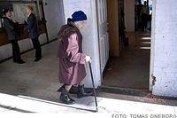 Läxhjälpen Gunborg Andersson, 91 år, lämnar det gamla motellet efter 10 års jobb med flyktingbarnen.