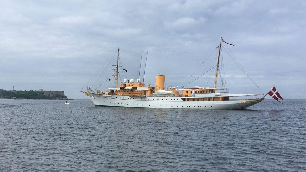 """På fredagen låg """"Dannebrog"""" utanför Stora Karlsö där det danska regentparet gjorde ett besök dagen före sitt guldbröllop."""