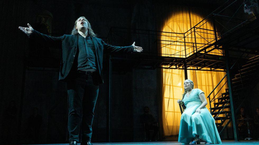 Repetition på Folkoperan. Adam Frandsen i rollen som Don Carlos. I bakgrunden Karolina Andersson som drottning Elisabeth.