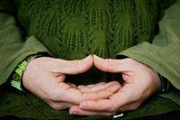 Det man framför allt ägnar sig åt är kontemplativa former av yoga, meditation och avslappningsövningar samt mindfulness.