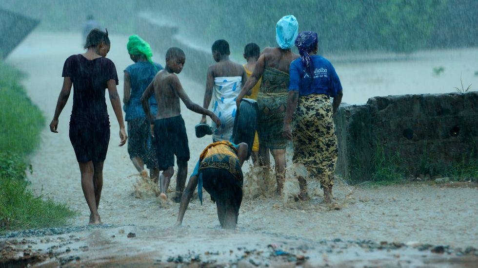 Människor som drabbats av orkanen Kenneths framfart i Moçambique flyr sina översvämmande hem.