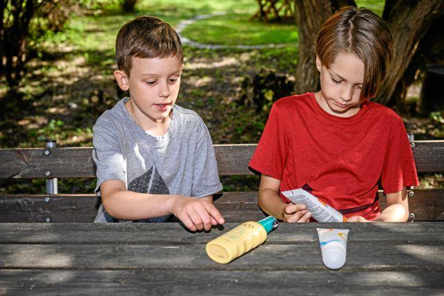 Ted och Albert tycker båda bäst om solkräm man sprejar på. Foto: Ari Luostarinen / Svenska Dagbladet