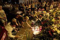 Ukrainare hedrar de holländska offren vid Nederländernas ambassad i Kiev. 153 av de 298 döda uppges ha varit holländare.