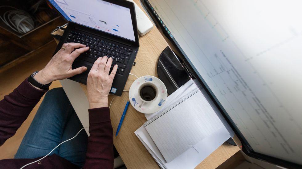 Många som vanligtvis jobbar på kontor arbetar hemifrån under pandemin, något som medfört att fler använder VPN-lösningar för att koppla upp sig mot företagens nätverk. Genrebild.