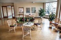 Gemenskap. Rottingmöblerna i original i foajén används flitigt – en plats för avkoppling eller umgänge med de andra hyresgästerna.