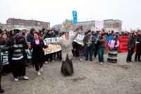Boende och demonstranter är kvar i EU-migrantlägret i Sorgenfri i Malmö, trots att tidsfristen har löpt ut.