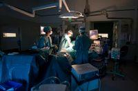 En läkare i Eskilstuna opererade friska höfter och kritiseras därför av Ivo. Sjukvårdspersonalen på bilden hör inte samman med artikeln. Arkivbild.