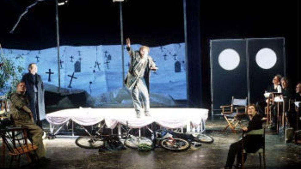 """Peter Handkes """"Die Farhrt im Einbaum oder das Stück zum film von Krieg"""" på Burgtheater i Wien."""