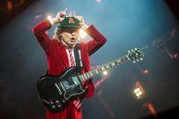 "Angus Young i AC/DC under en konsert 2016. Nu lanserar bandet sitt studioalbum ""Power up""."