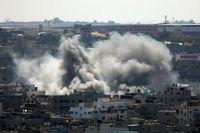 Rök över Gaza city efter israelisk raketbeskjutning på fredagen.