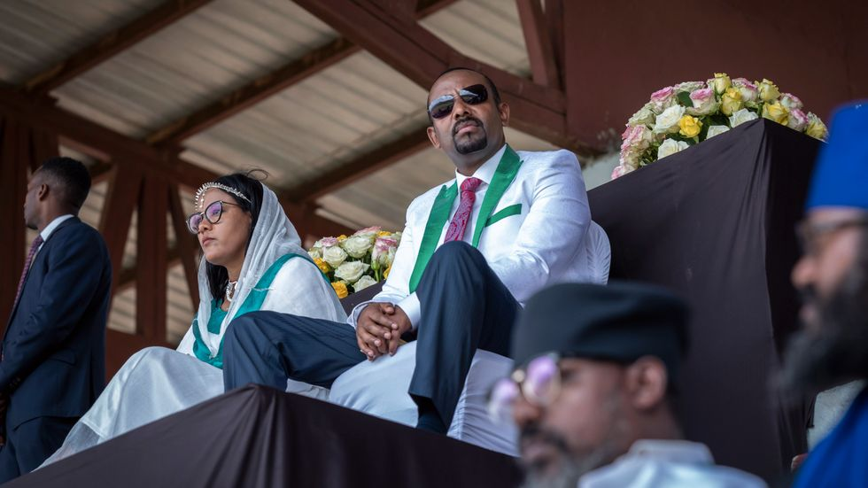 Ethiopiens premiärminister Abiy Ahmed i sällskap med sin fru Zinash Tayachew, left, kampanjar i sydvästra Oromia.