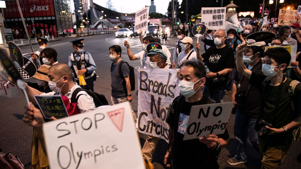 Demonstranter under invigningen av OS i Tokyo den 23 juli