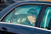 Kung Harald lämnar Rikshospitalet i Oslo.