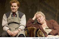 Johan Rabaeus är lysande som Påklädaren och Sven  Wollter gör Sir John som ern grandios, ömklig och patetisk figur. Paret fick dundrade applåder på premiären.