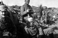 Tyska soldater vilar sig på vägen under marschen genom Belgien i augusti 1914.