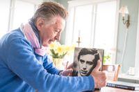 Tommy Berggren i sitt hem på Djurgården, med boken där han beskriver livsresan från Tommy via Thommy och tillbaka till Tommy.