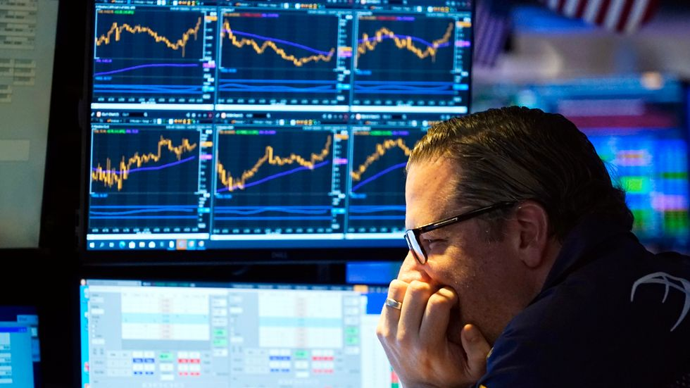 En handlare kollar in utvecklingen på New York-börsen. Arkivbild.