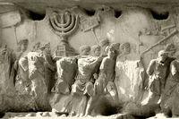 Titusbågen i Rom uppfördes år 81 efter kejsar Titus erövring av Jerusalem år 70. På reliefen avbildas segerprocessionen och bytet från Templet.