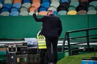Sveriges förbundskapten Janne Andersson visade heta känslor på bänken i Lissabon och fick gult kort.